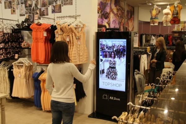 essayage virtuel sous vetement Expérience shopping divertissante grâce au miroir virtuel à la réalité augmentée le miroir virtuel il existe une autre approche en termes d'essayage dans le retail, moins intimiste celle-ci, qui utilise des miroirs se trouvant dans les rayons.