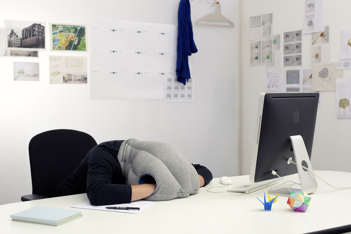 ostrich pillow pour faire une petite sieste au bureau. Black Bedroom Furniture Sets. Home Design Ideas