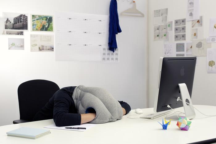 ostrich pillow pour faire une petite sieste au bureau actinnovation nouvelles technologies. Black Bedroom Furniture Sets. Home Design Ideas