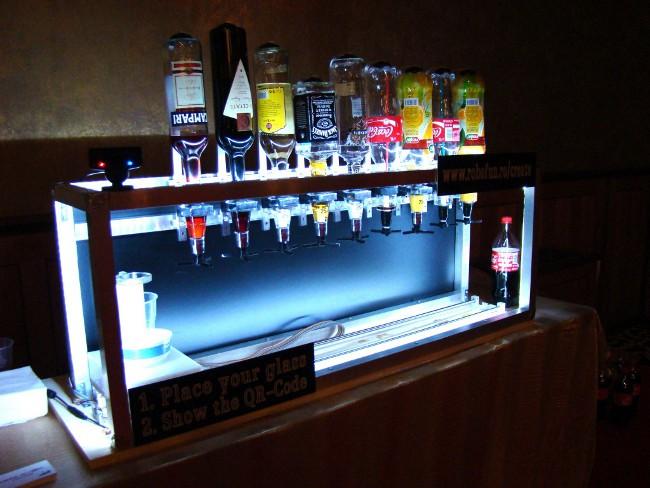 the social drink machine le bartender robotis qui prend les commandes via facebook. Black Bedroom Furniture Sets. Home Design Ideas