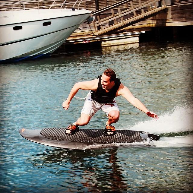 Radinn Wakejet Cruise Un Surf Lectrique Qui R Invente La Glisse Actinnovation Nouvelles