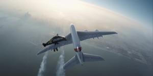 Jetman vole en formation avec un Airbus A380 au dessus de Dubaï